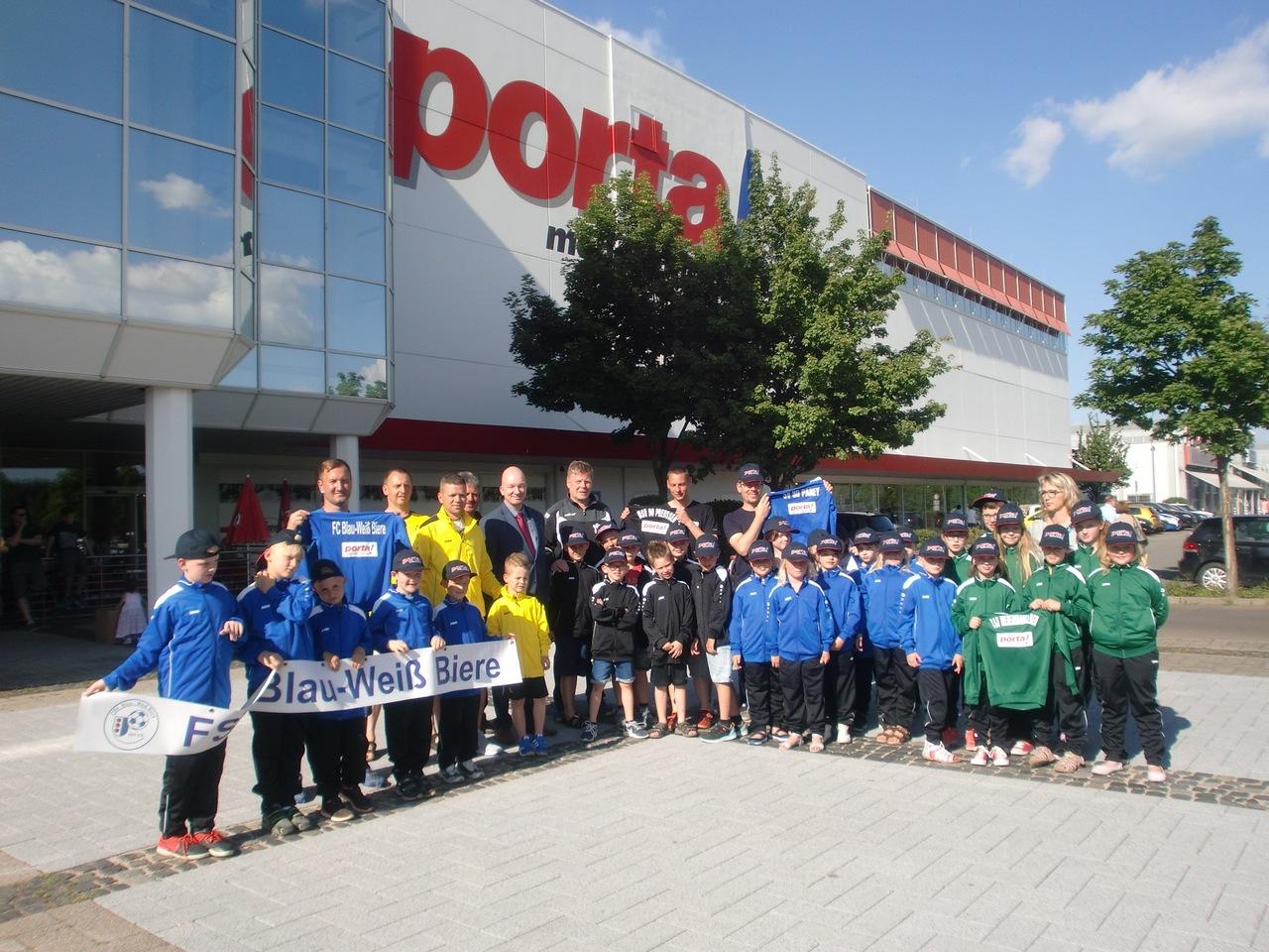 Porta Möbel Magdeburg überreicht Trainingsanzüge Magdeburger News