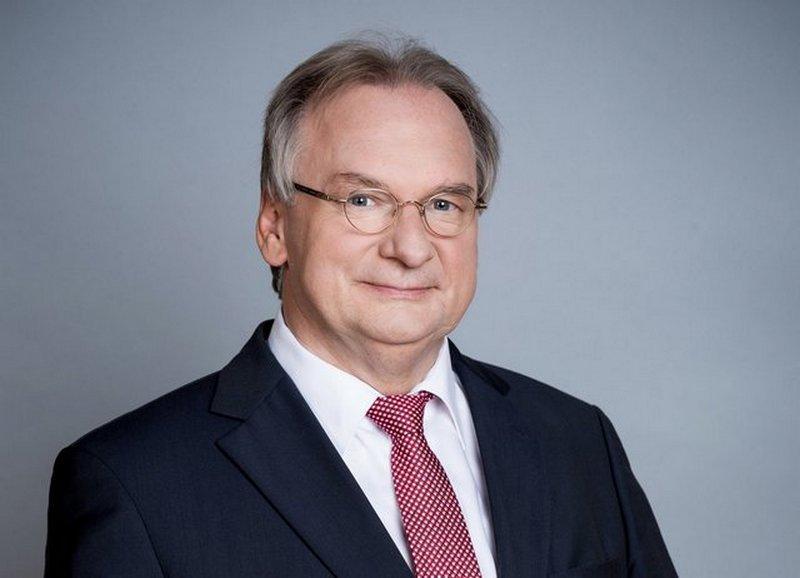 Ministerpräsident Haseloff überreicht Fünf