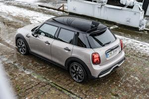 P90413336 highRes the mini cooper s 5 .news